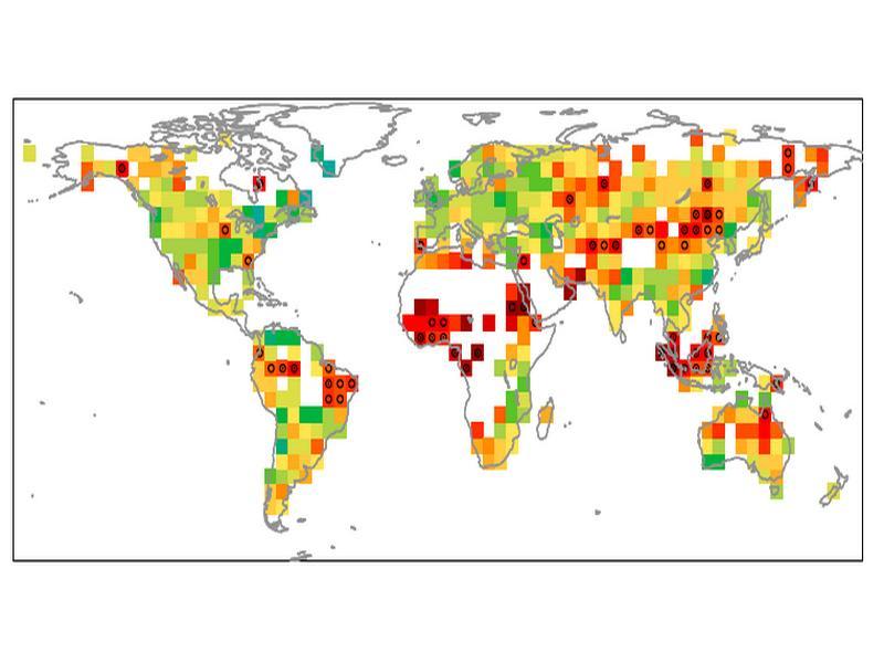 Indicazione degli hot spot climatici (in rosso) basata su sette indicatori climatici legati alla temperatura, alla precipitazione e alla loro variabilità inter-annuale. Il circoletto nero in ogni pixel di lato 5° indica che il cambiamento è significativo. Il cambiamento è via via meno forte per le aree indicate in arancione, giallo e verde rispettivamente