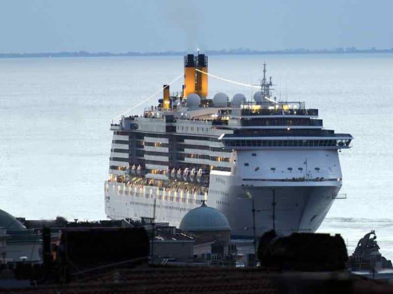 Mal d'aria a Napoli, soffocata dal particolato ultrafine delle navi