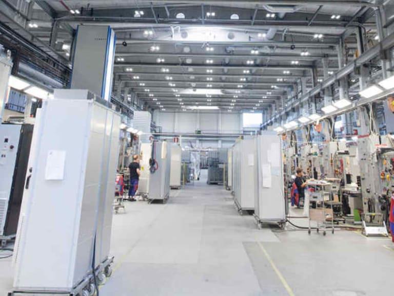 Risparmio energetico e sistemi di controllo avanzato: le lampade industriali di Philips Lighting