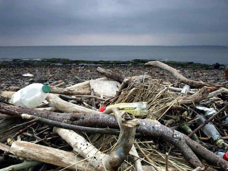 Zuppa di plastica: i problemi dal mare vanno conosciuti e risolti