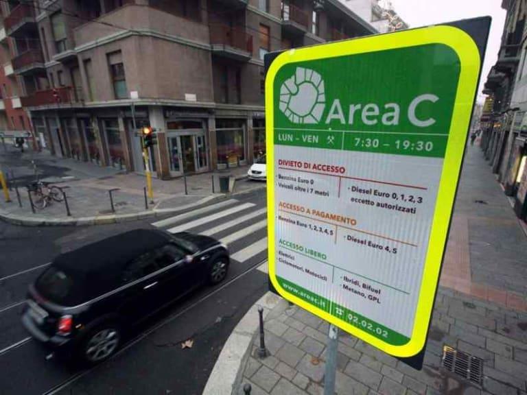 L'aria a Milano è pessima: torna l'Area C e si fa il censimento delle stufe