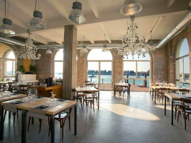 Un'antica vetreria di Murano diventa Versus Meridianem, ristorante sul mare