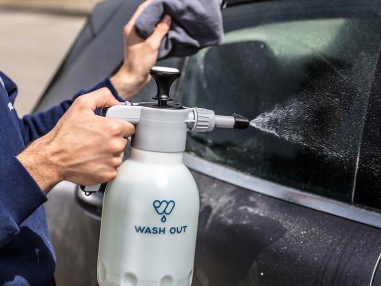 Sanificazione dell'auto, in vista della ripresa delle attività lavorative