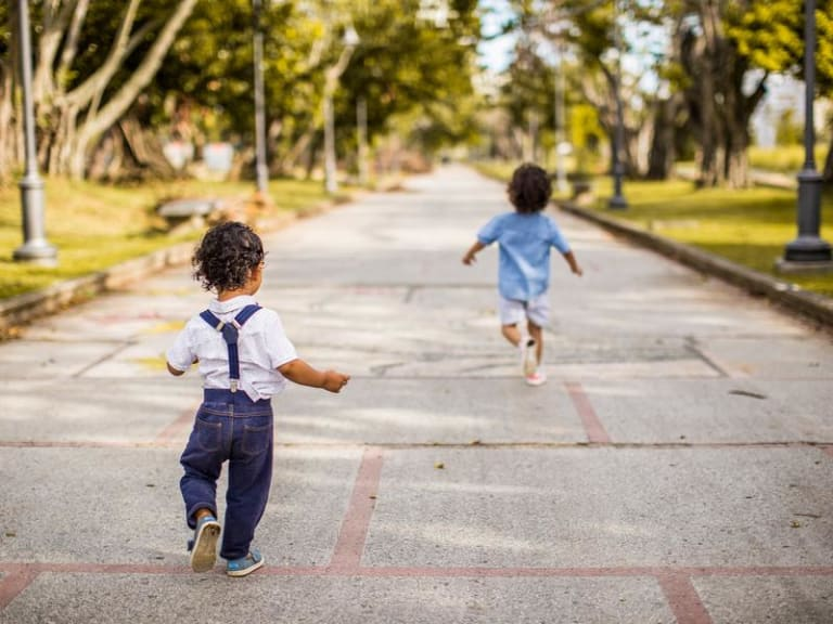 I bambini giocano a rispettare l'ambiente