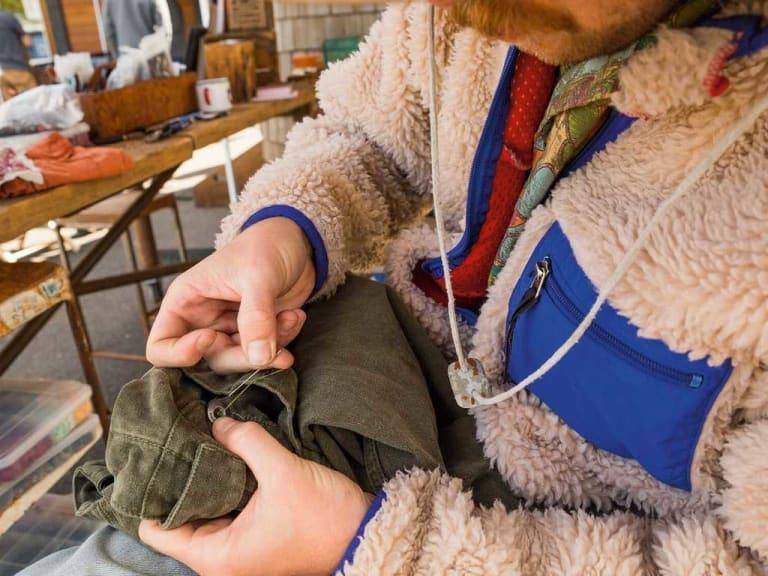 Riparare i vestiti: ecco la nuova moda