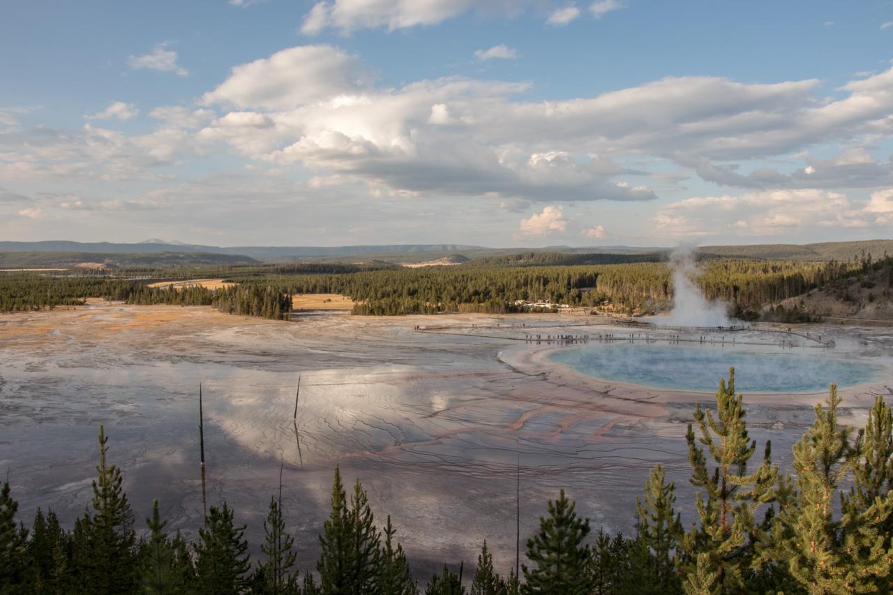 Grand Prismatic Springs no Parque Nacional Yellowstone visto do mirante da trilha para o Fairy Falls