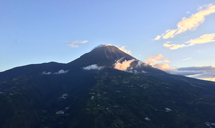 Vulcão Tungaruhua do algo do mirante