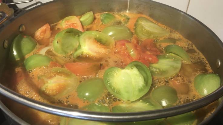 Pan of bubbling green tomato purée