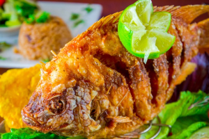 Pescado Entero Frito con arroz de coco - delivery menu