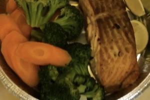 Salmón al horno con vegetales  - delivery menu