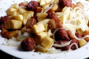 102. Mandioca com Torresmo e Linguica Appetizer - delivery menu