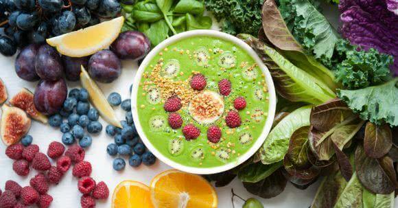 Grüne Smoothies Zutaten, wie Blattgrün, Salat und Früchte