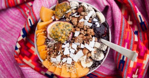 Acai-Bowl Rezept mit Banane, Blaubeeren und Passionsfrucht