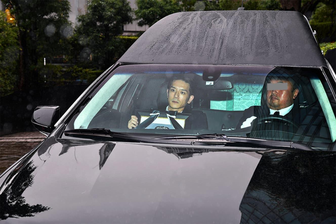 メリーさん発狂?霊柩車の助手席でジャニーさんの遺影を持つタッキーを複数メディアが無断撮影