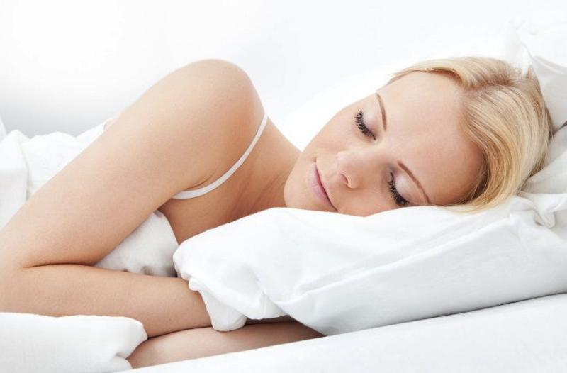 wanita%20tidur Mengatasi Sulit Tidur di Tempat Tujuan Beauty LifeStyle Tips Travelling Travel