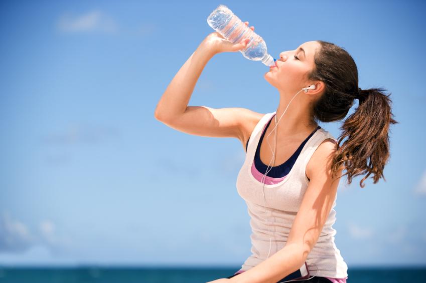 girl-drinking-bottled-water Tips Menikmati Meminum Air Putih Lebih Banyak Family Health Man Tips Kesehatan Woman