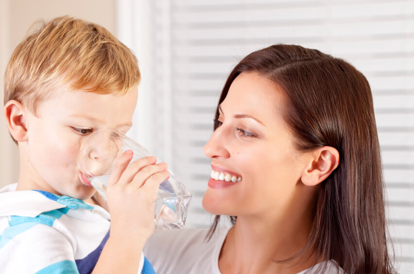 Boy-and-Mom-drinking-water Pentingnya Air Yang Cukup Bagi Anak-Anak Family Health Life Parenting