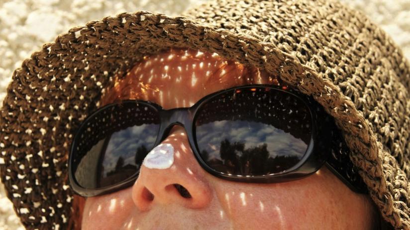 wanita%20berjemur Tetap Segar Selama Perjalanan Liburan Beauty LifeStyle Tips Travelling Travel