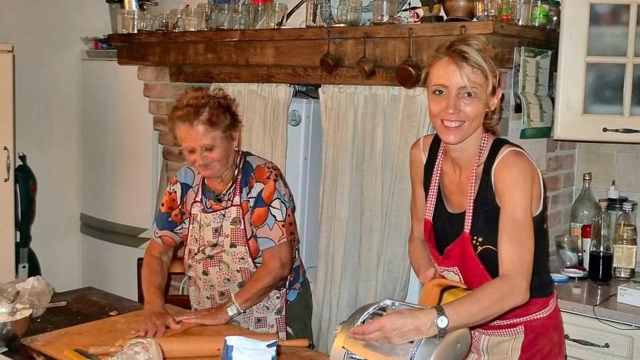 Agriturismo Guardastelle Bologna - 2013 NONNA DESOLINA INSEGNA A FARE I TORTELLINI