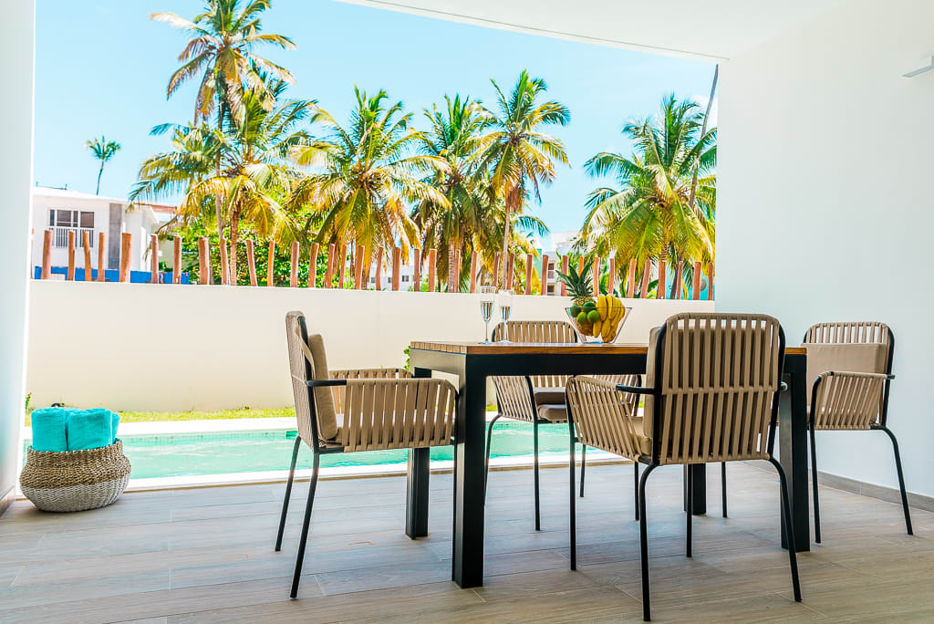 Amazing 2 bed Condo with Swimming pool, 1 block from the beach
