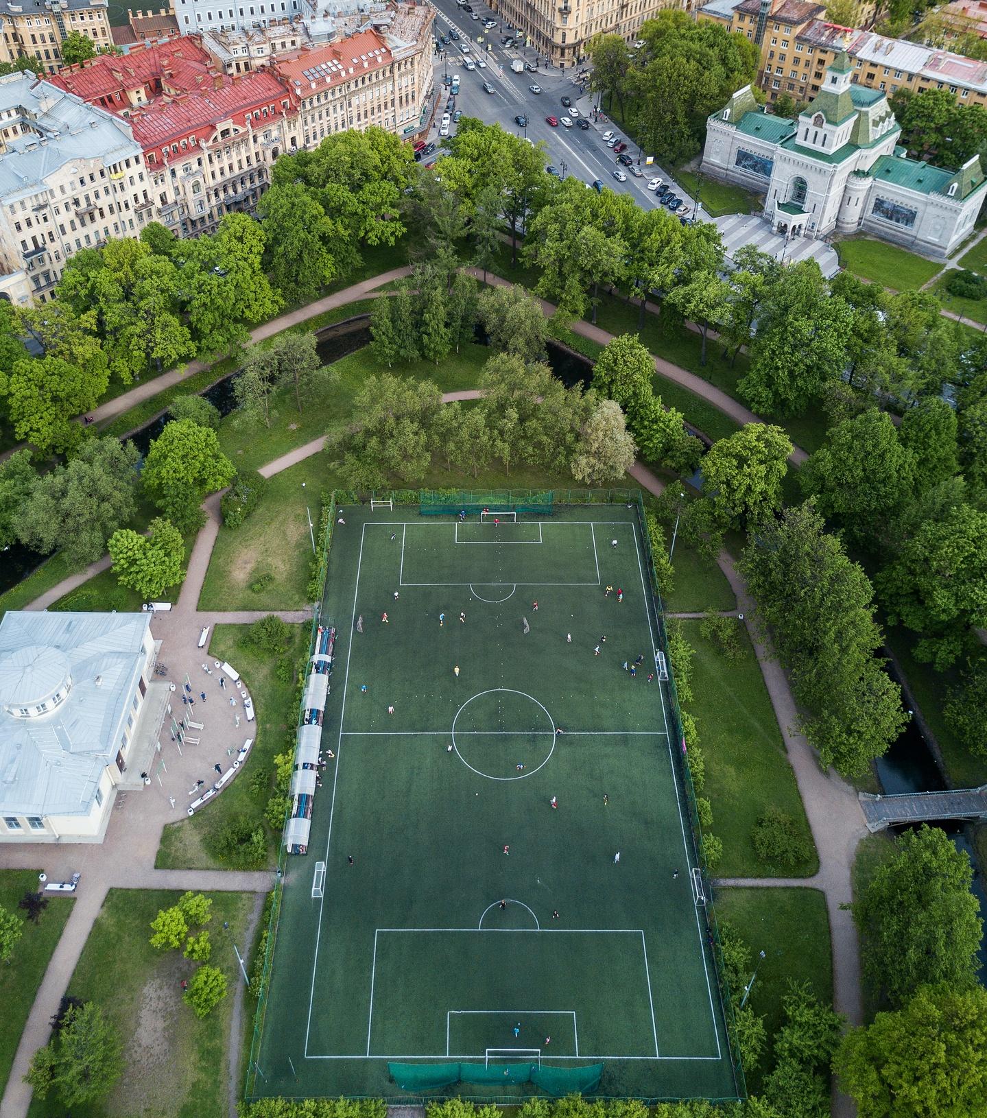 Футбольное поле в Таврическом саду — фотография 6