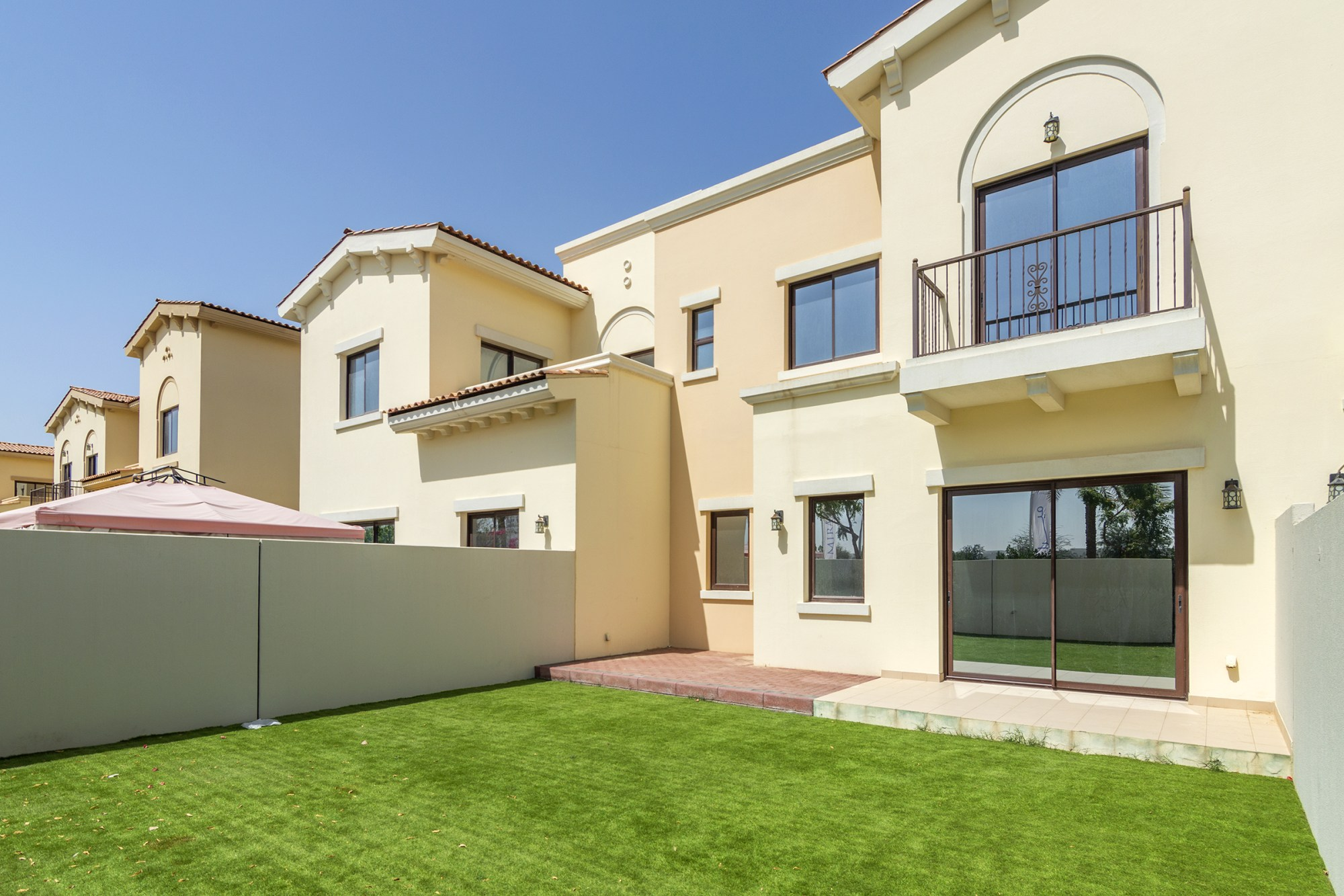 Beautiful Single Row Villa with Lovely Landscaping