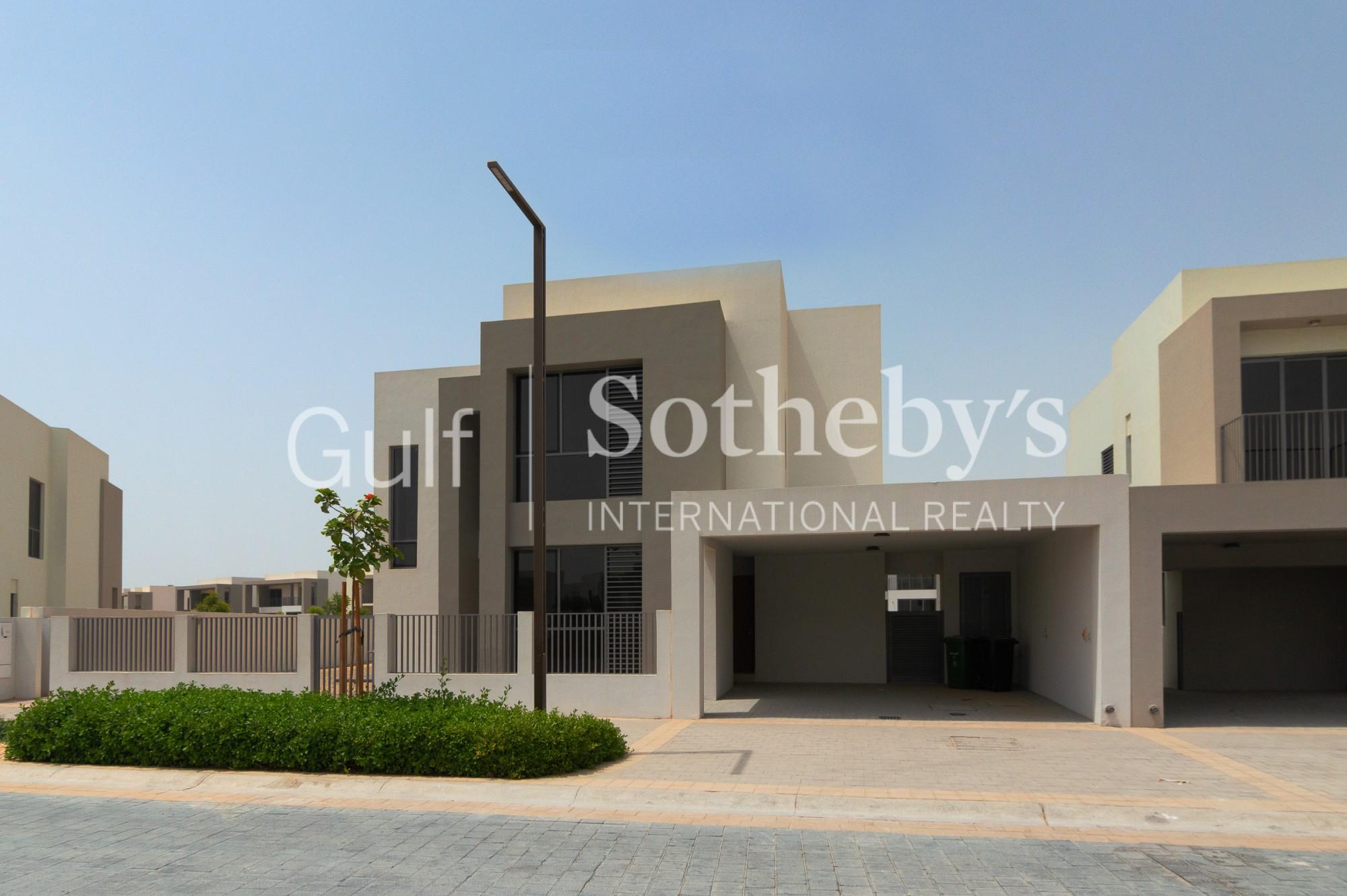 5BR End Villa Large Plot & Located On Green Belt