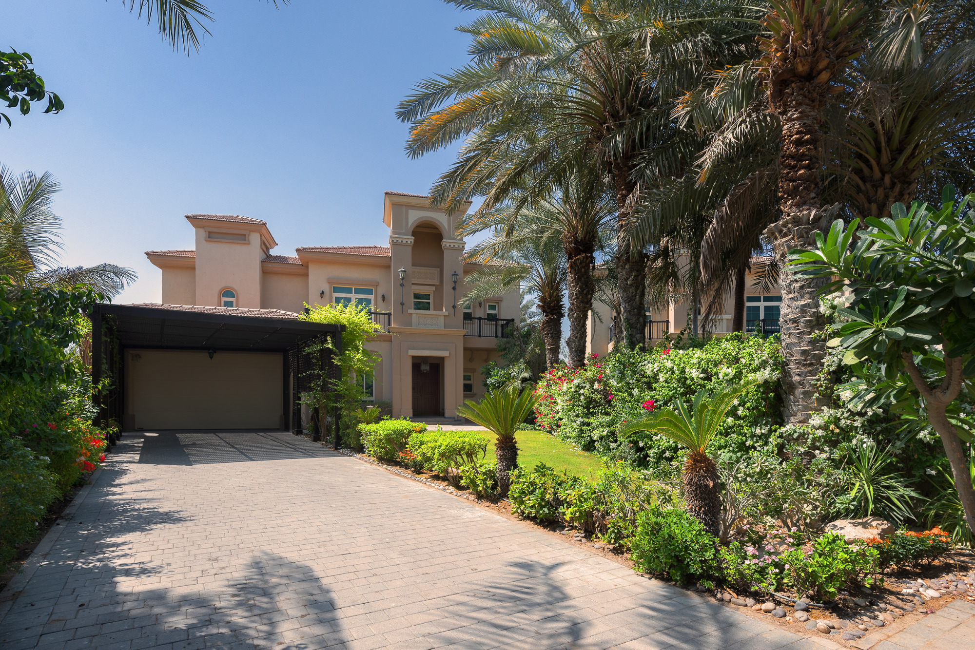 Fully Furnished Highly Upgraded Ent Foyer Villa