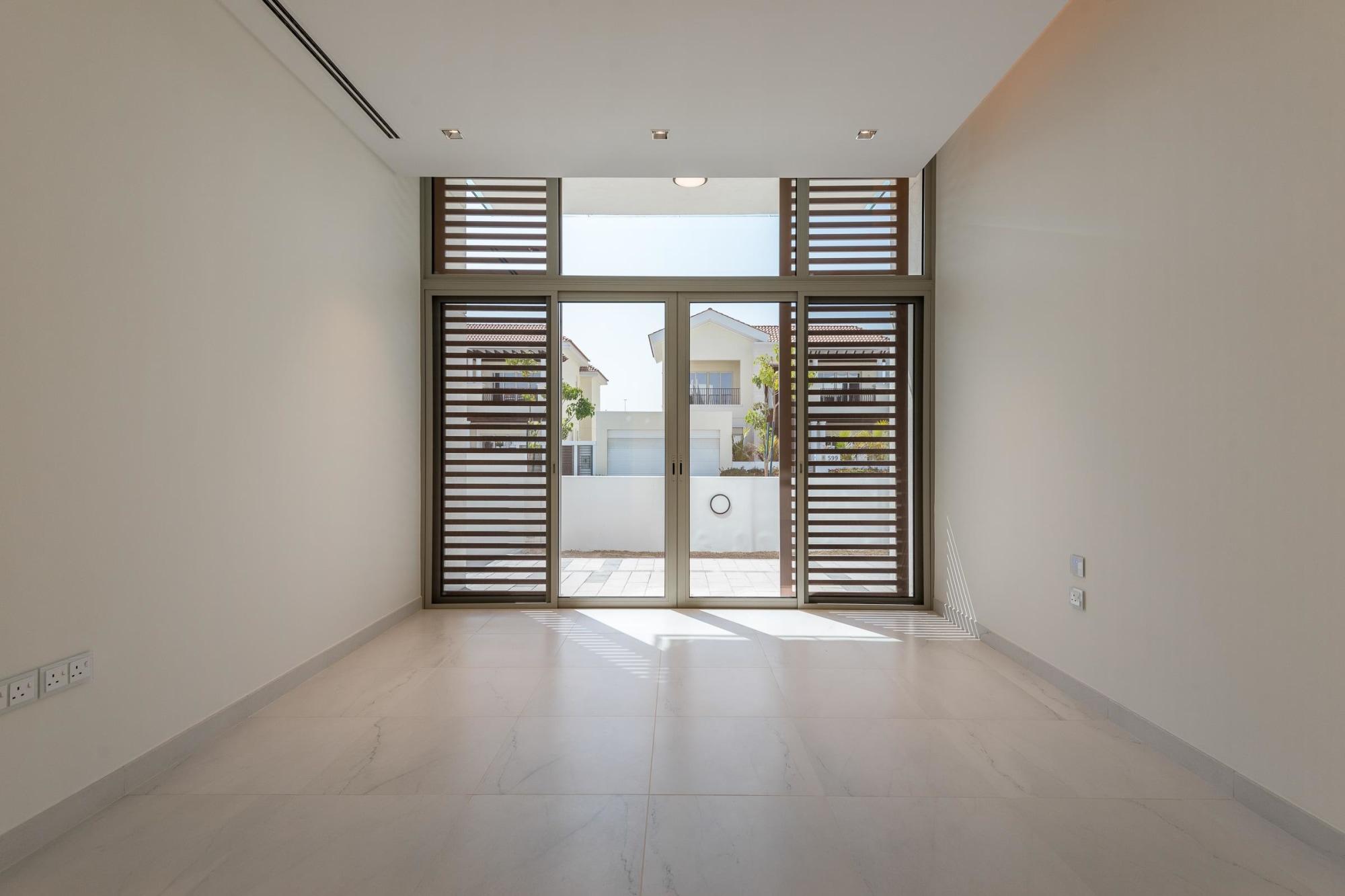 Stunning Contemporary Style 5 Bedrooms Villa