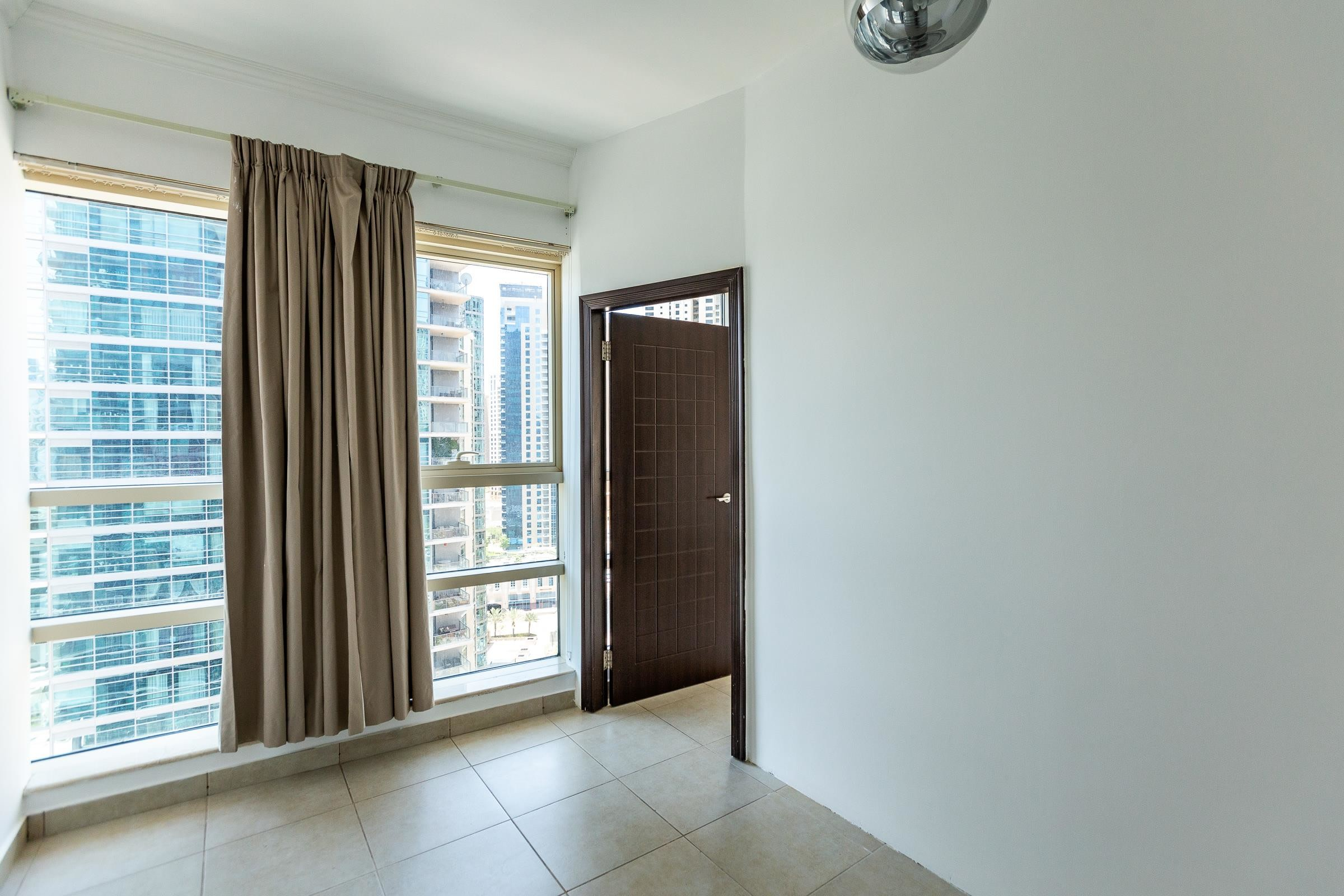 Large 1 Bedroom With Marina View   Ready