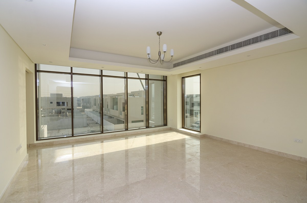 Grand 6 bed Villa Close to Park and Retail Center