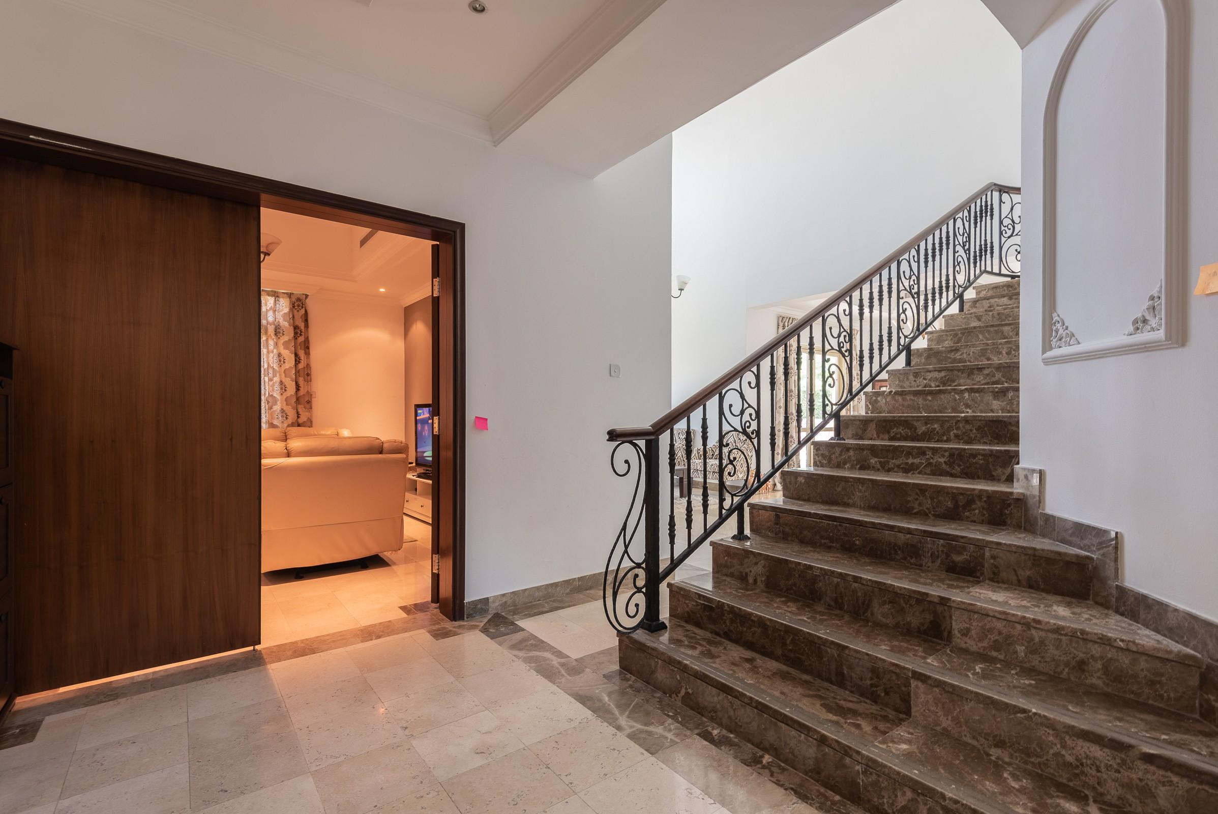 Luxury   Vacant   Entertainment Foyer JI
