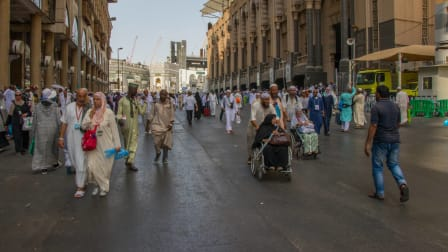 Big road with lots of people walking near Hotel Royal Dar Al Eiman to the Kaabah area
