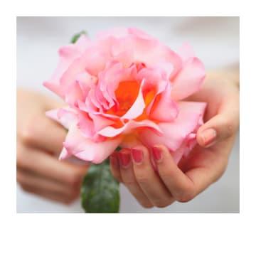 - Trouwdagkaart-hand-met-bloem-Polaroid