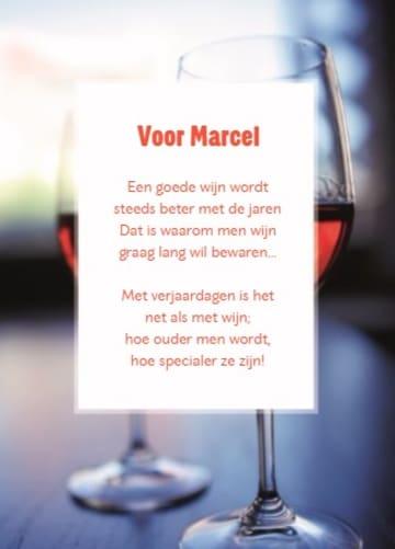 - proosten-op-je-verjaardag-met-twee-glazen-rode-wijn