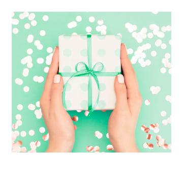 - Verjaardagskaart-vrouw-hip-cadeau-en-confetti-polaroid
