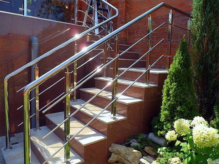 Перила из нержавеющей стали хорошее ограждение для лестниц.