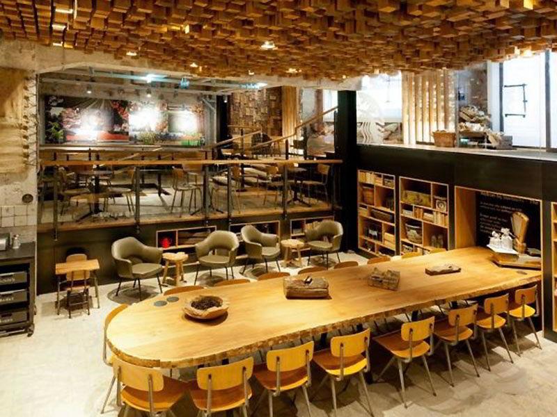 Кафе с оригинальным потолком