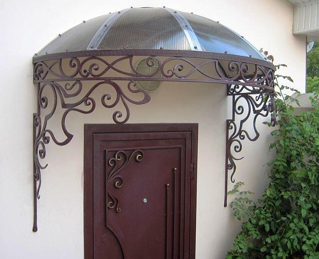 купольная крыша над входом