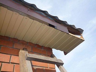 обшивка карниза крыши из профнастила