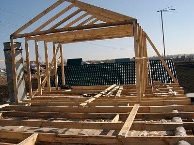 установка стропильной конструкции на крышу