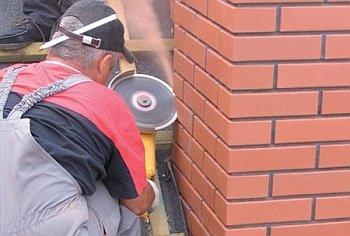вырезание штробы на дымоходе под фартук