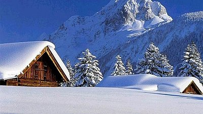 снег на двускатных крышах