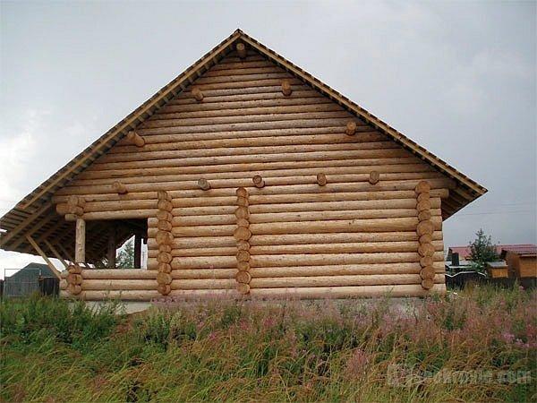 самцовый фронтон на деревянном доме
