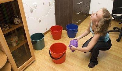 уборка воды, капающей с потолка на пол