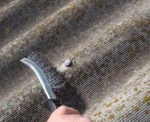 ручная очистка покрытия щеткой
