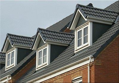 двускатные слуховые окна на мансардной крыше