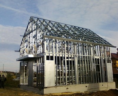 мансардная крыша из металлических стропилин