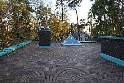 пример модульного декинга на плоской крыше