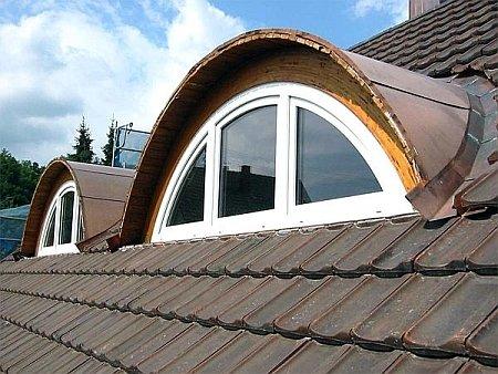 арочное слуховое окно на крыше